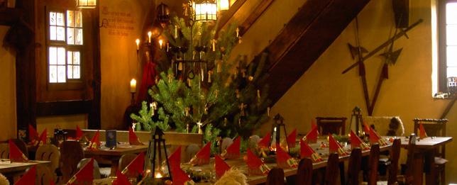 Weihnachtlich gedeckte Tafel im Rittersaal des Klausenhofs